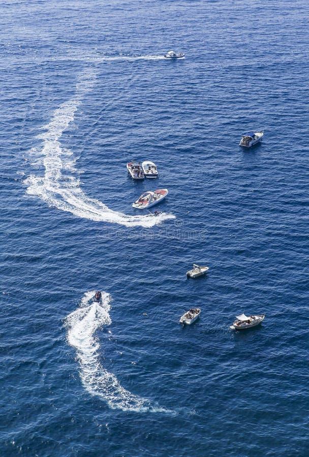 Голубые шлюпки моря и отдыха свободный полет Италия amalfi стоковые фотографии rf