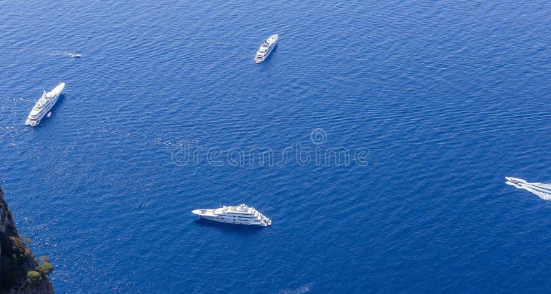 Голубые шлюпки моря и отдыха увиденные от вершины Monte Solaro стоковые фотографии rf
