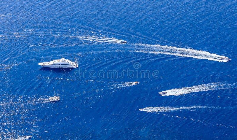 Голубые шлюпки моря и отдыха увиденные от вершины Monte Solaro стоковые изображения