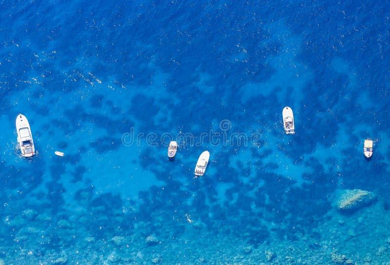 Голубые шлюпки моря и отдыха увиденные от вершины Monte Solaro стоковая фотография
