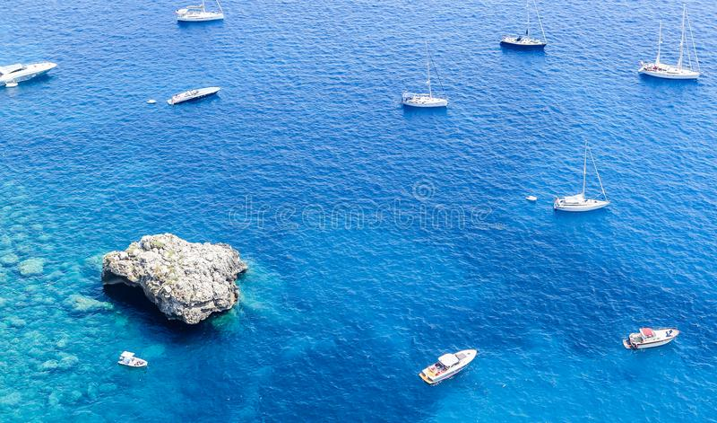 Голубые шлюпки моря и отдыха увиденные от от садов Augustus стоковое изображение