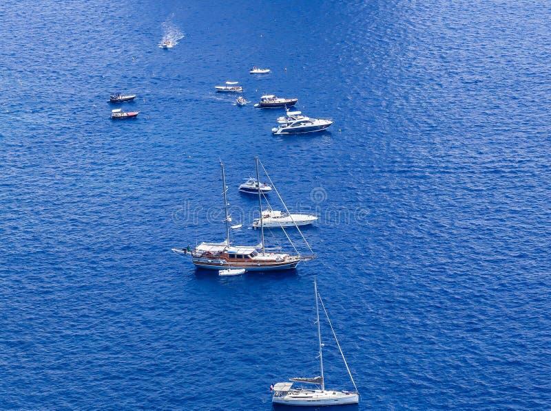 Голубые шлюпки моря и отдыха увиденные от от садов Augustus стоковая фотография rf