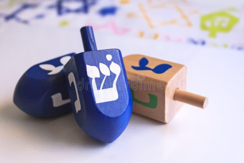 Голубые dreidels Хануки с красочной предпосылкой стоковое фото rf