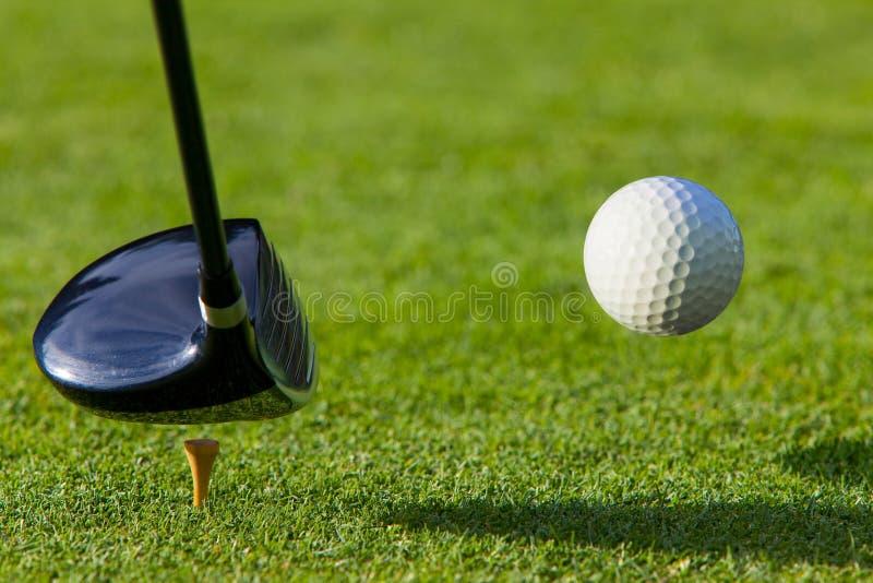гольф водителя cour шарика ударенный с тройника стоковые изображения rf