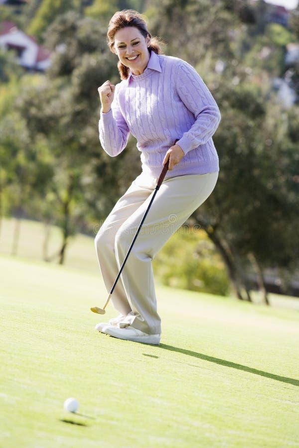 гольф игры играя женщину стоковое фото rf