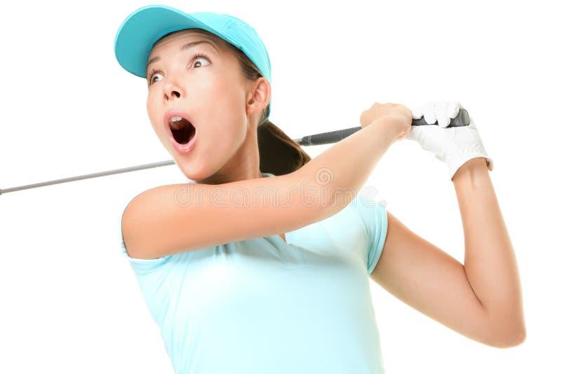 гольф изолировал играть женщину качания стоковые фотографии rf