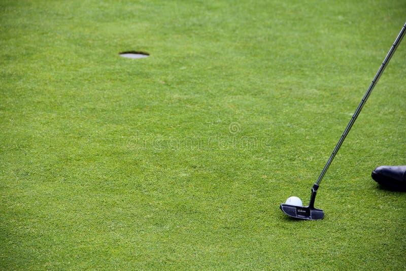 Гольф кладя на зеленый цвет стоковая фотография rf