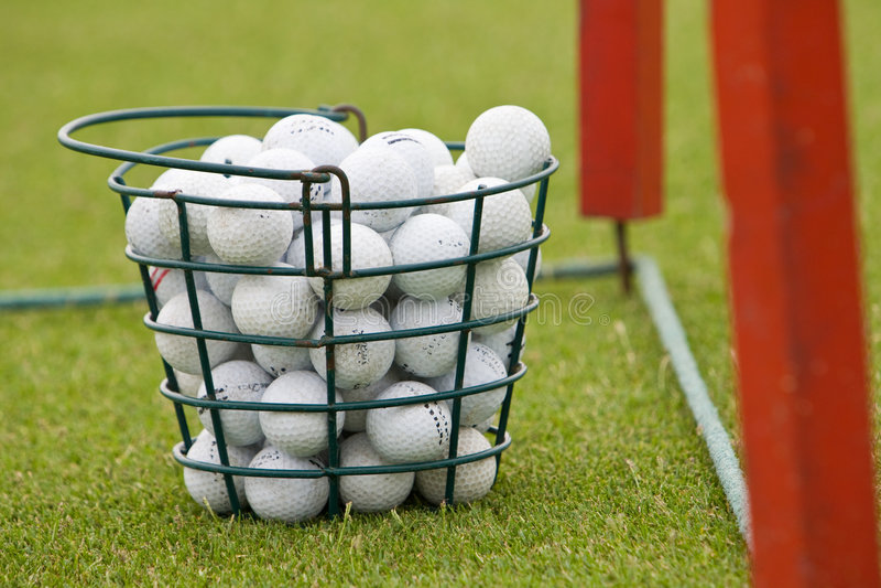 гольф корзины шариков стоковая фотография rf