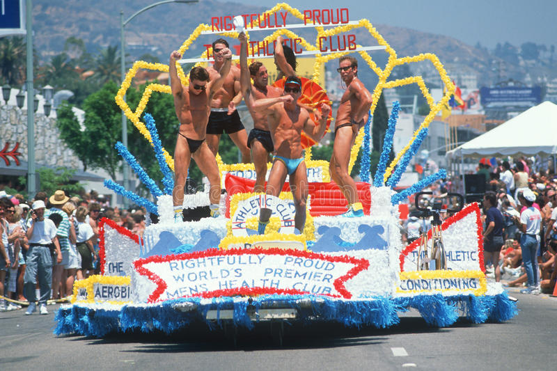 Гомосексуалисты на поплавке в гей и лесбиянка гордости проходят парадом стоковое изображение