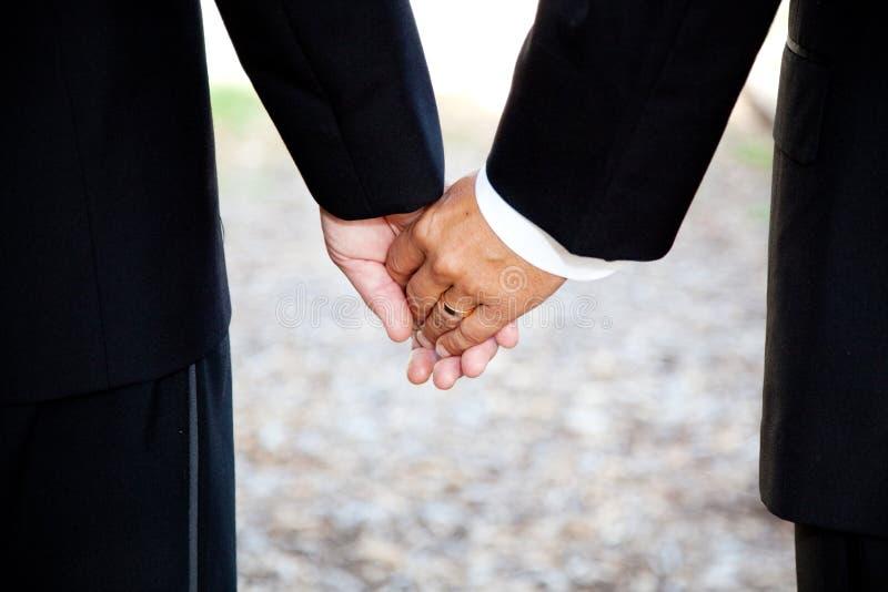 гомосексуалист крупного плана вручает замужество удерживания стоковые фото