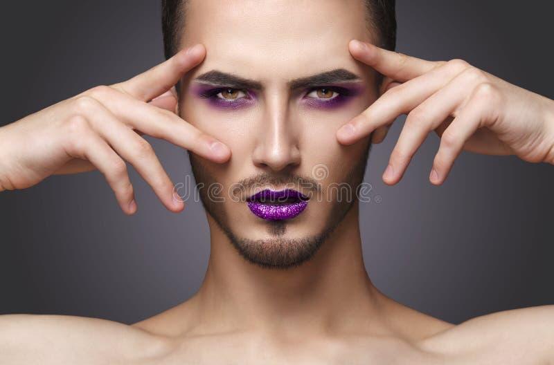 гомосексуалист Довольно чувственный человек моды с составом и бородой искусства стоковое изображение