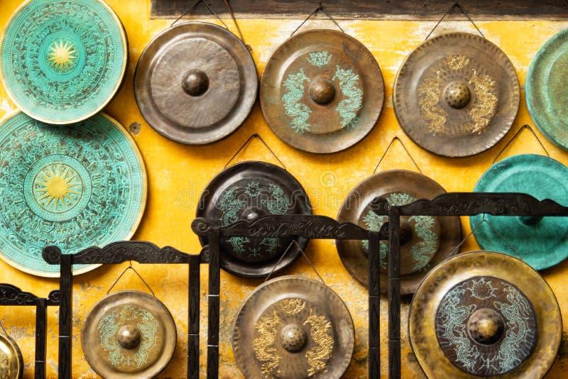 Гонг - традиционные азиатские музыкальные инструменты на уличном рынке стоковая фотография rf