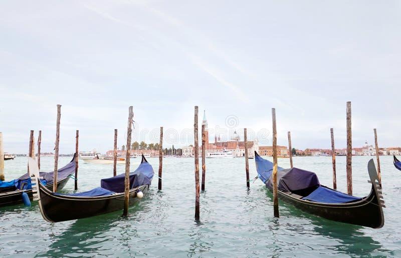 Гондолас в венецианской лагуне около набережной стоковое фото
