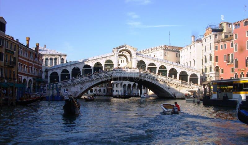 Гондола около моста Rialto в Венеции, Италии стоковая фотография
