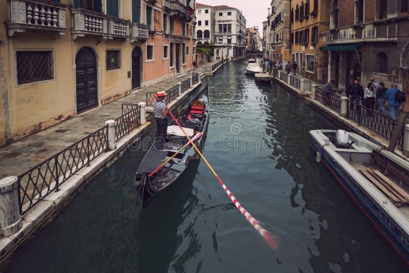 Гондола плавает вдоль узкого канала в Венеции стоковая фотография rf