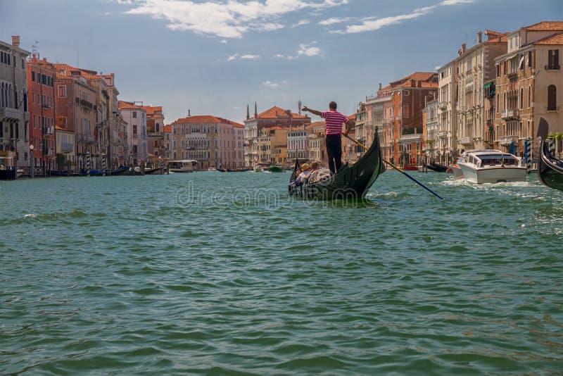 Гондола с туристами плавает вдоль грандиозного канала в Венеции, Италии стоковые изображения rf