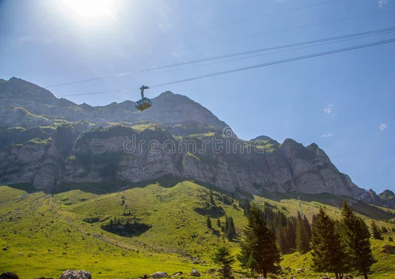 Гондола фуникулера к горе Saentis в Appenzell Альпах Switerland стоковые изображения