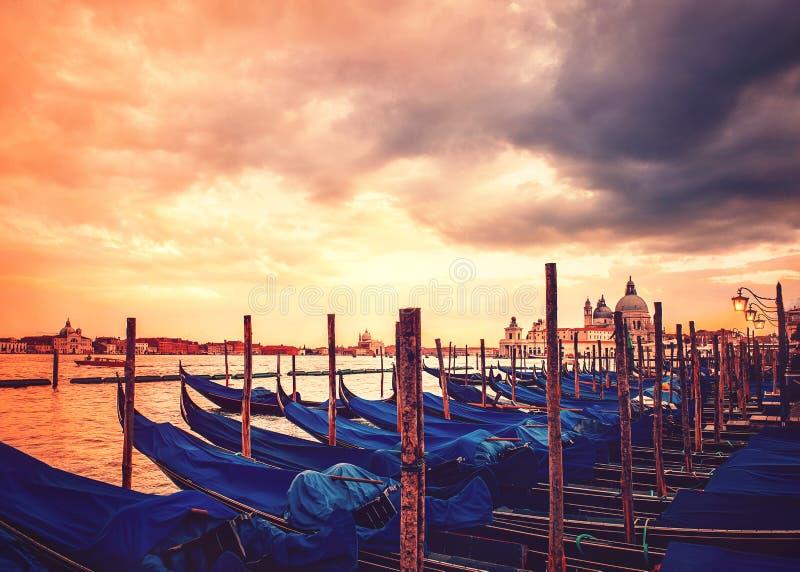 Гондолы большим каналом в Венеции на заходе солнца с драматическим небом стоковые фотографии rf