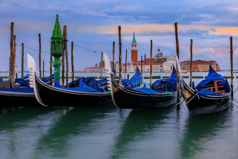 Гондолы вдоль грандиозного канала на St Marco придают квадратную форму с Сан Giorgio m стоковое изображение rf
