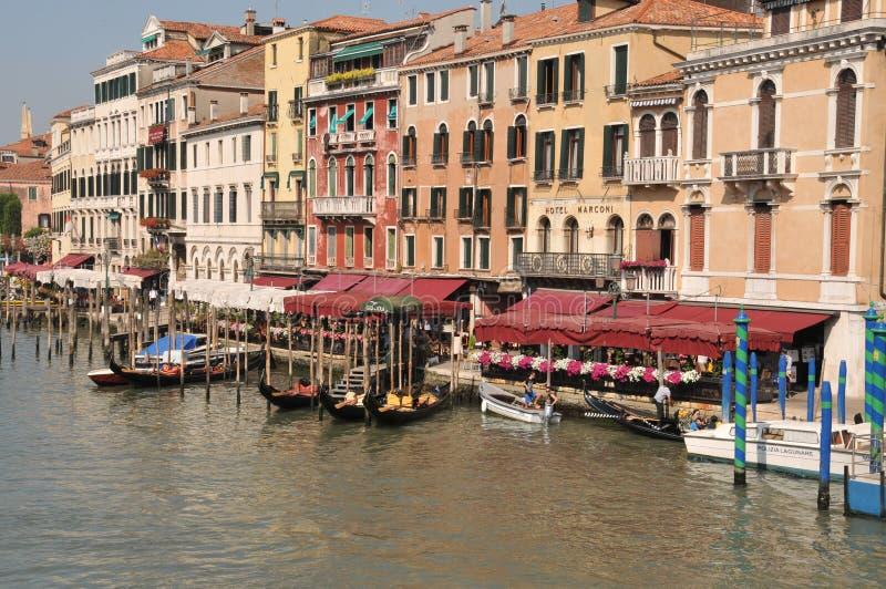 Гондолы подготовленные для дела на канале Венеции большом стоковые изображения rf