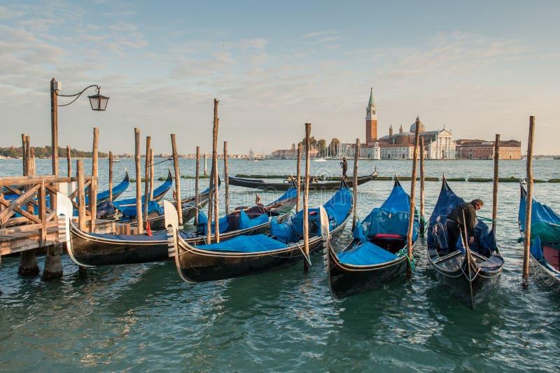 Гондолы причаленные в венецианской лагуне стоковое фото rf