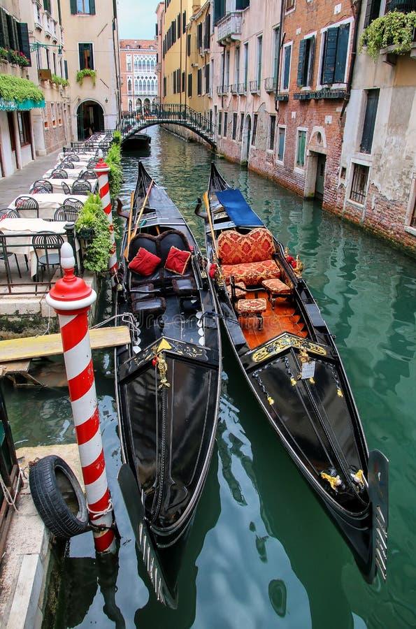 Гондолы причаленные в узком канале в Венеции, Италии стоковое изображение