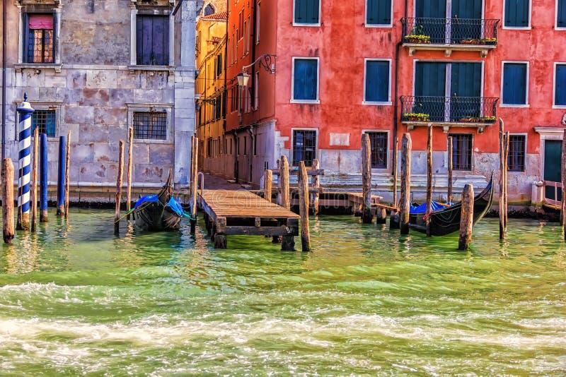 Гондолы причаленные около типичной узкой улочки Венеции, Италии стоковая фотография rf