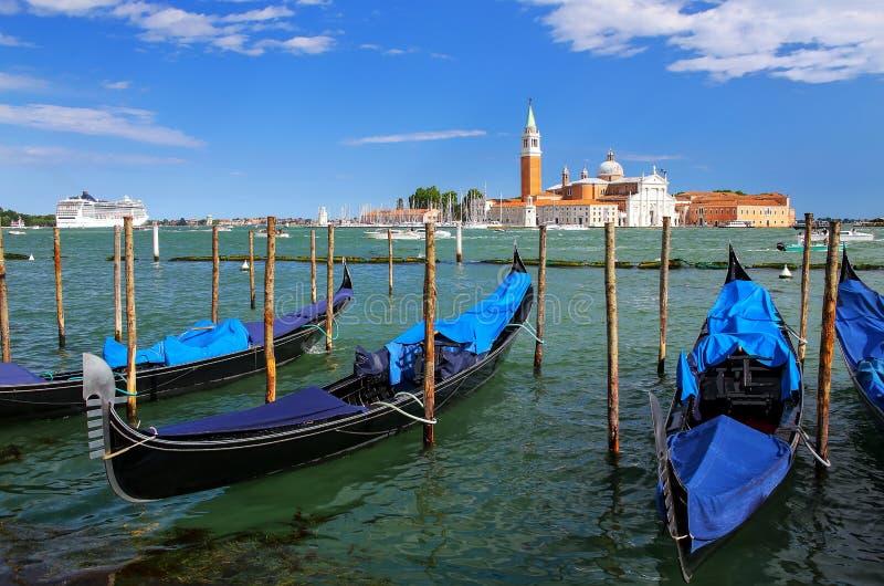 Гондолы причалили около квадрата Сан Marco поперек от мам Сан Giorgio стоковые изображения