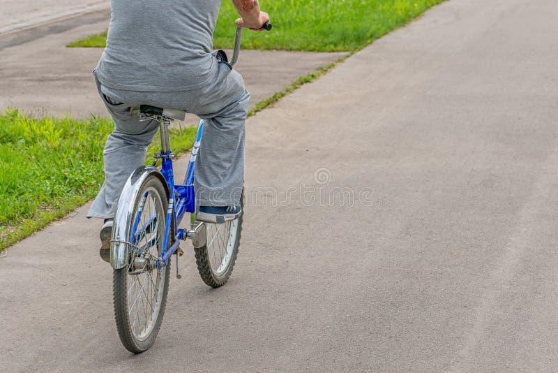 Гонка велосипеда на велосипеде катания велосипедиста дороги велосипед на открытом воздухе с крупным планом ног и ботинок цикла стоковое изображение