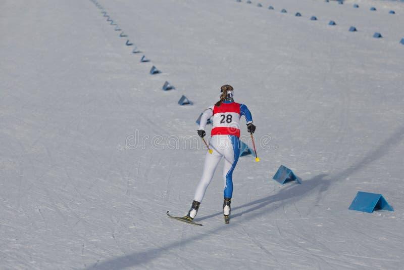 Гонка катания на лыжах по пересеченной местностей, лыжник женщины стоковые фотографии rf