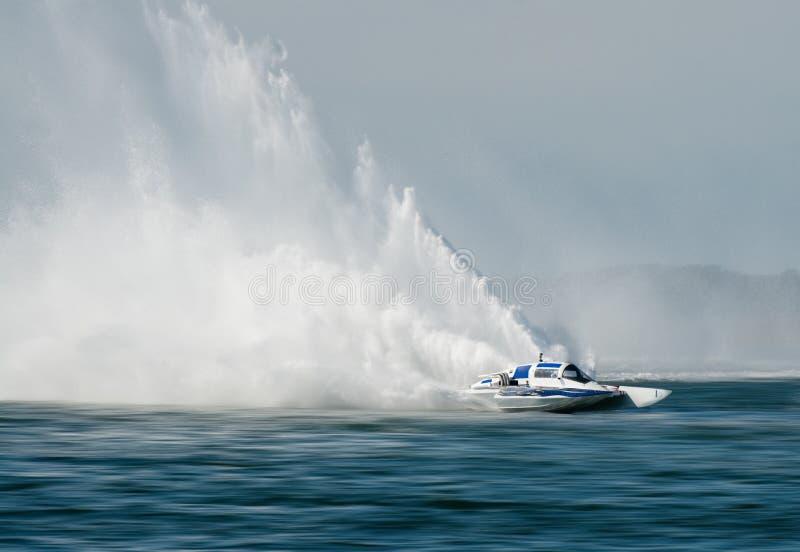 гонка hydrofoil шлюпки стоковая фотография