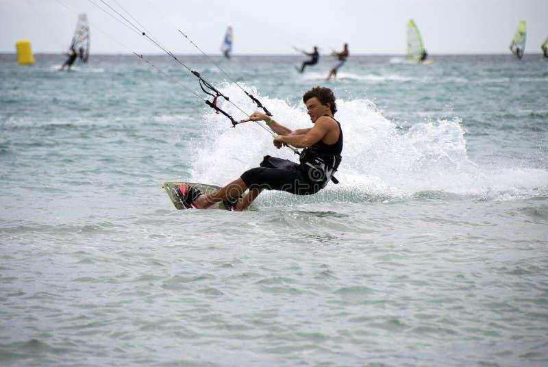 гонка kitesurf стоковая фотография