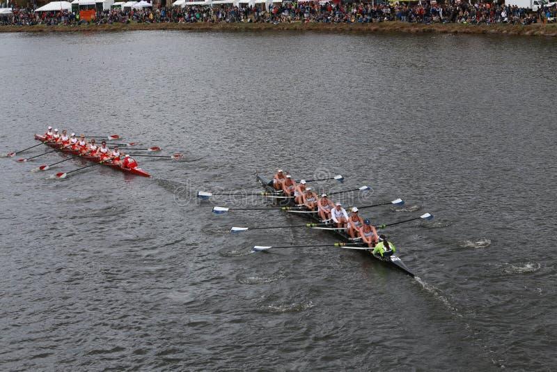 Гонки (покинутого) университета и Йельского университета Бостона (правые) в голове чемпионата Eights женщин регаты Чарльза стоковые изображения rf