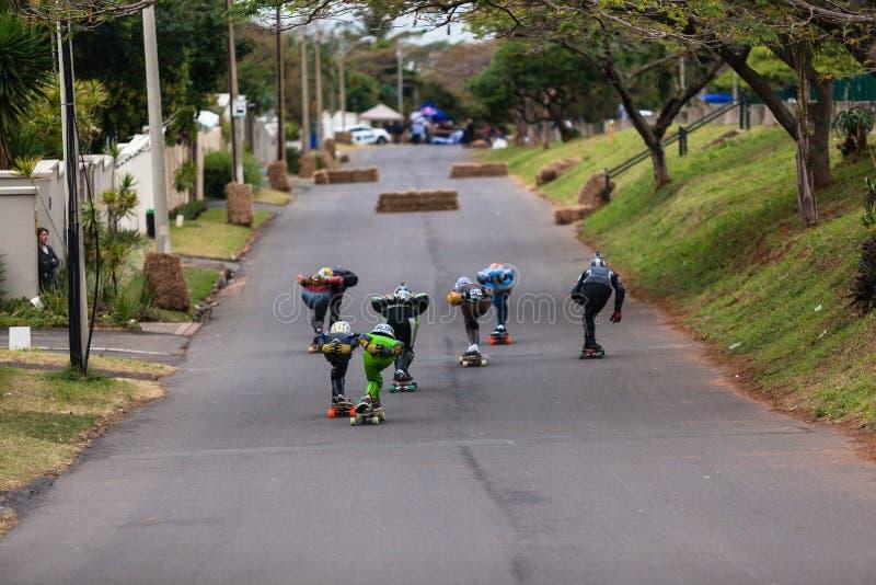 Гонки улицы скейтбордистов покатые стоковое изображение rf