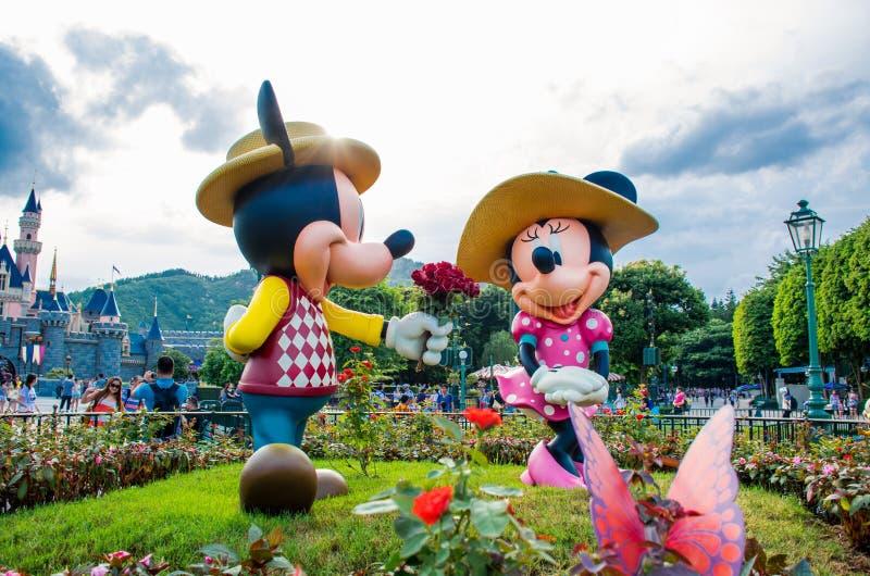 ГОНКОНГ ДИСНЕЙЛЕНД - МАЙ 2015: Mickey и minnie в влюбленности на парке перед замком стоковые изображения