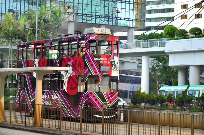 ГОНКОНГ, КИТАЙ - 2-ОЕ АПРЕЛЯ: Трамвай Гонконга на улице в Гонконге стоковое фото rf