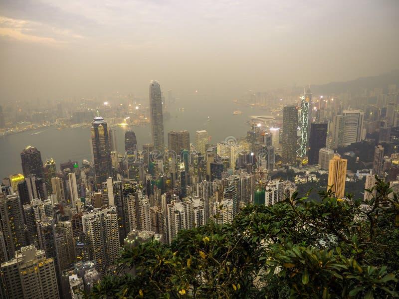 ГОНКОНГ, КИТАЙ 7-ОЕ ДЕКАБРЯ: Точка зрения на пике перед небом дождя имеет дождевое облако 24-ого апреля 2016 в пике, Гонконге, Ки стоковое изображение