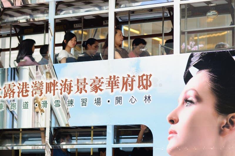 Гонконг, Китай - 24-ое июля 2010: Трамваи двухэтажного автобуса Трамваи также главные туристическая достопримечательность и одно  стоковая фотография