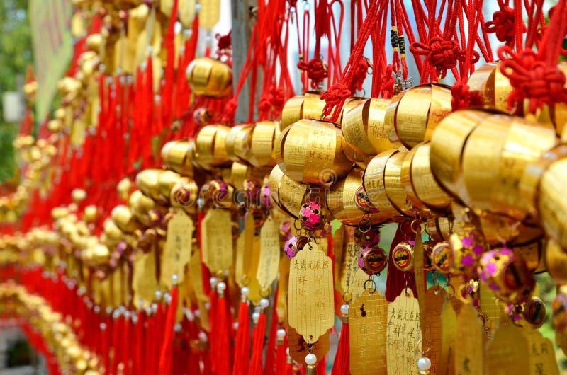 ГОНКОНГ, КИТАЙ - 13-ОЕ МАРТА 2018: Святой колокол на стене для уважения моля на Wong Tai Sin Temple на острове Kowloon стоковое изображение