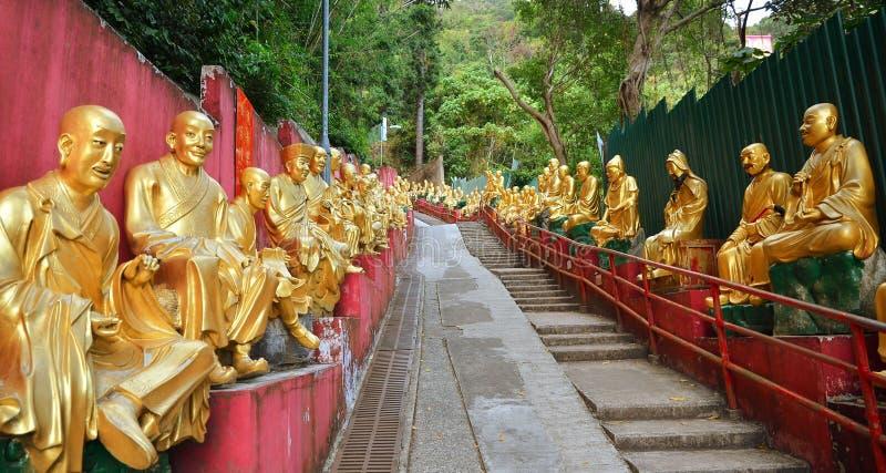 ГОНКОНГ, КИТАЙ - 13-ОЕ МАРТА: Статуя Будды 10 тысяч монастырь Гонконг Buddhas стоковое фото rf