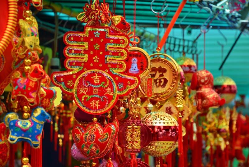 ГОНКОНГ, КИТАЙ - 13-ОЕ МАРТА: Schop с сувениром и китайскими украшениями Нового Года на стойлах вне Wong Tai Sin Temple на стоковое фото rf