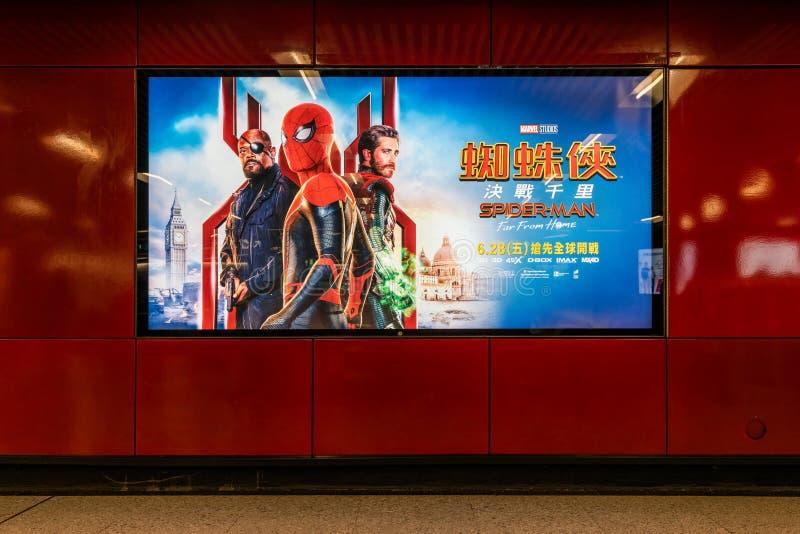 Гонконг, Гонконг - 5-ое июля 2019: Паук-человек: Далеко от домашней киноафиши показывая публично станцию метро стоковое изображение