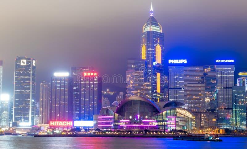 ГОНКОНГ - 12-ОЕ МАЯ 2014: Городские небоскребы с светами города стоковая фотография rf