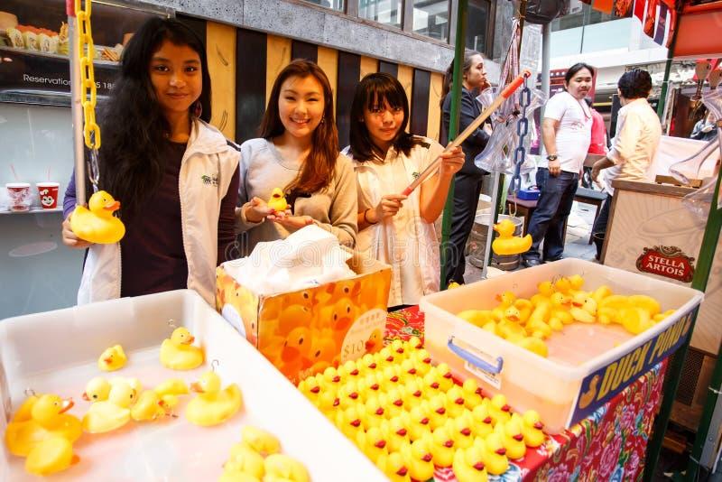 ГОНКОНГ - 26-ОЕ НОЯБРЯ 2013: Занятое LKF (Lan Kwai Fong Festiv стоковые изображения
