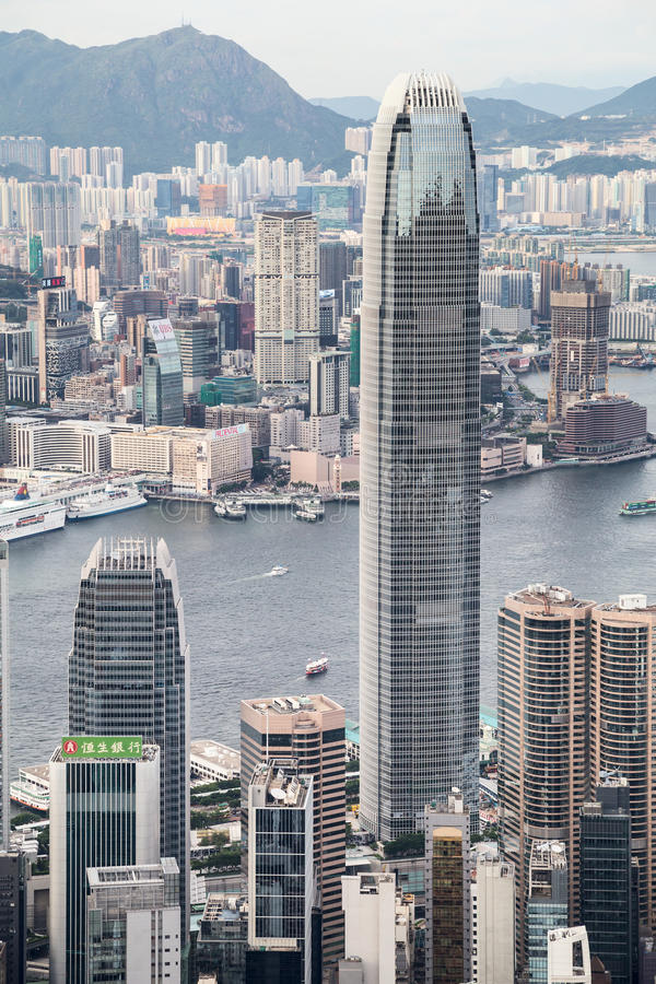 Гонконг, SAR Китай - около июль 2015: Башня центра международных финансов (IFC) увиденная от пика на заходе солнца, Гонконга Викт стоковые фото