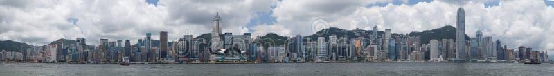Гонконг, SAR Китай - около июль 2015: Горизонт Гонконга городской через гавань Виктории стоковая фотография rf