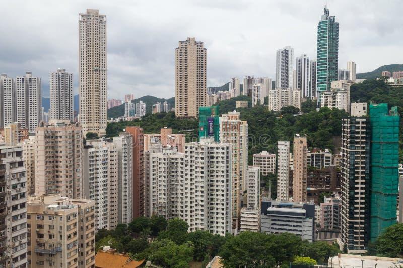 Гонконг, SAR Китай - около июль 2015: Плотные высокие здания подъема Гонконга стоковая фотография