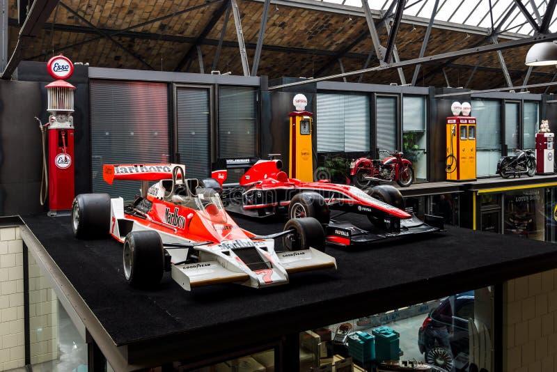Гоночные автомобили McLaren M26 1976 Формула-1 и Marussia MR02 2013 стоковое изображение rf