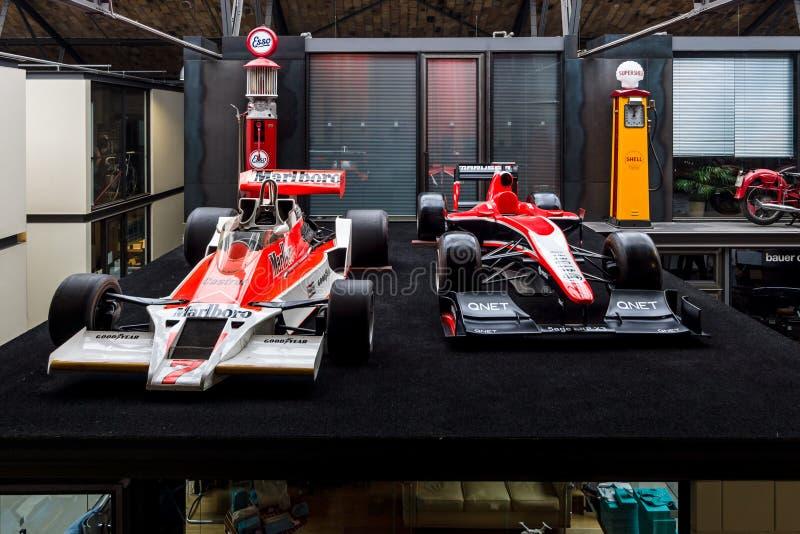 Гоночные автомобили McLaren M26 1976 Формула-1 и Marussia MR02 2013 стоковая фотография rf
