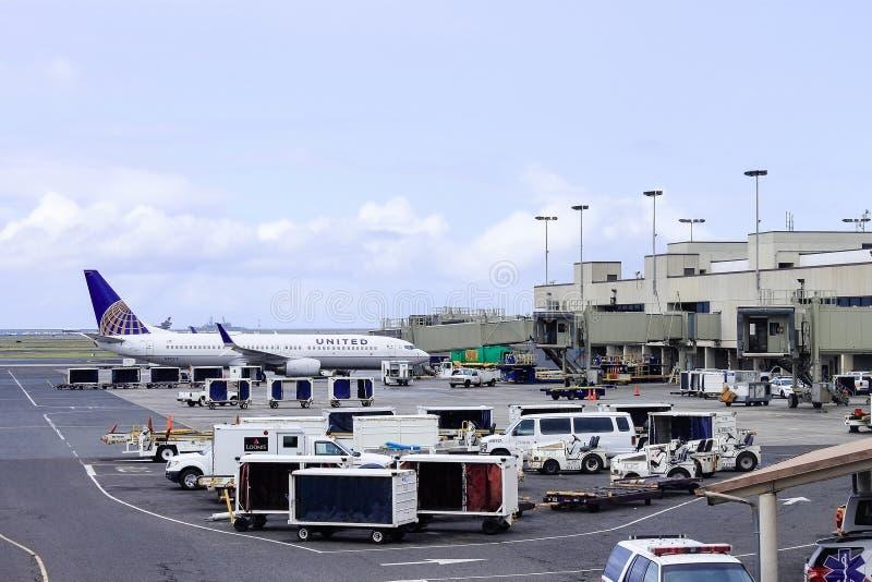 Гонолулу, Гаваи, США - 31-ое мая 2016: Объединенные воздушные судн авиакомпании на международном аэропорте Гонолулу стоковые фотографии rf